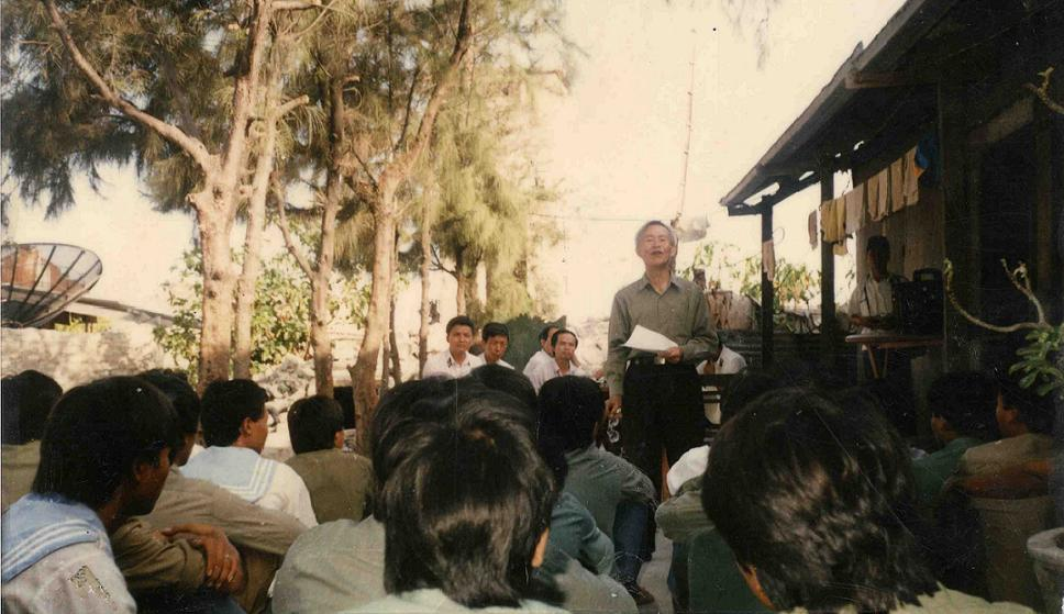 Director of Boundary Committee visits and speak with soldiers on Sinh Ton island