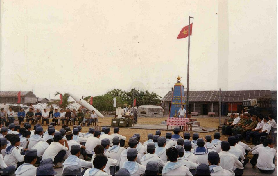 Deputy Prime Minister visitsand speaks with staff and soldiers on Truong Sa island in 1994