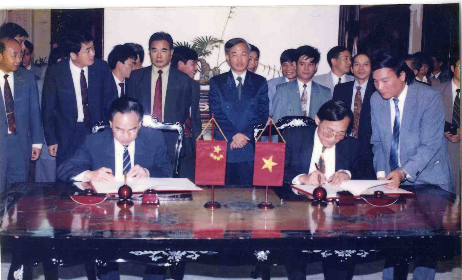 Comrade Vu Khoan attends signing ceremony of 3rd round minute of the Viet Nam - China land border negotiation at 18:30, October 26 1994