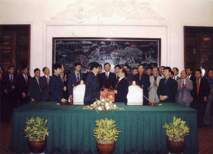 Signing ceremony of 1st round minute of Chairman-level negotiation at Viet Nam - China Joint Committee for Land border Demarcation in December 2001