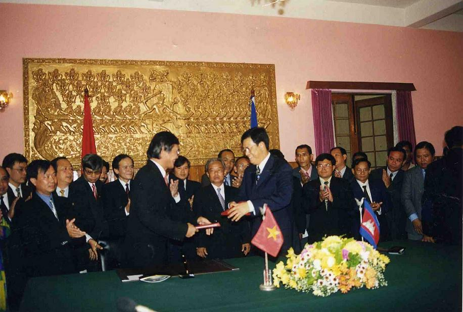 Signing ceremony of 1st round minute of Joint Committee in Phnom Penh, 1999