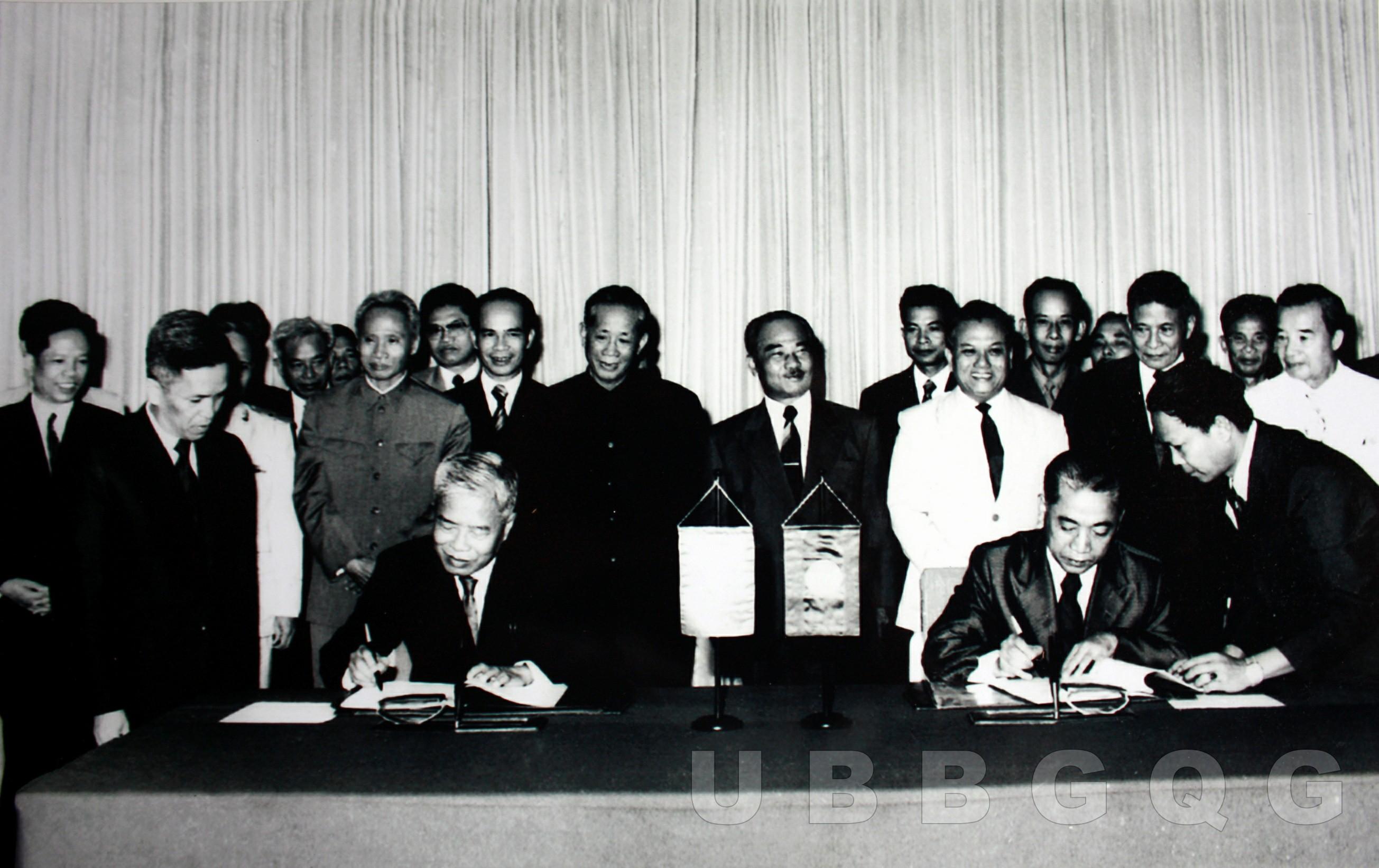 Tổng bí thư Đảng Cộng sản Việt Nam Lê Duẩn và Chủ tịch nước CHDCND Lào Xu Pha Nu Vông chứng kiến Lễ ký Hiệp ước Hoạch định biên giới quốc gia giữa nước CHXHCN Việt Nam và nước CHDCND Lào, ngày 18/7/1977.