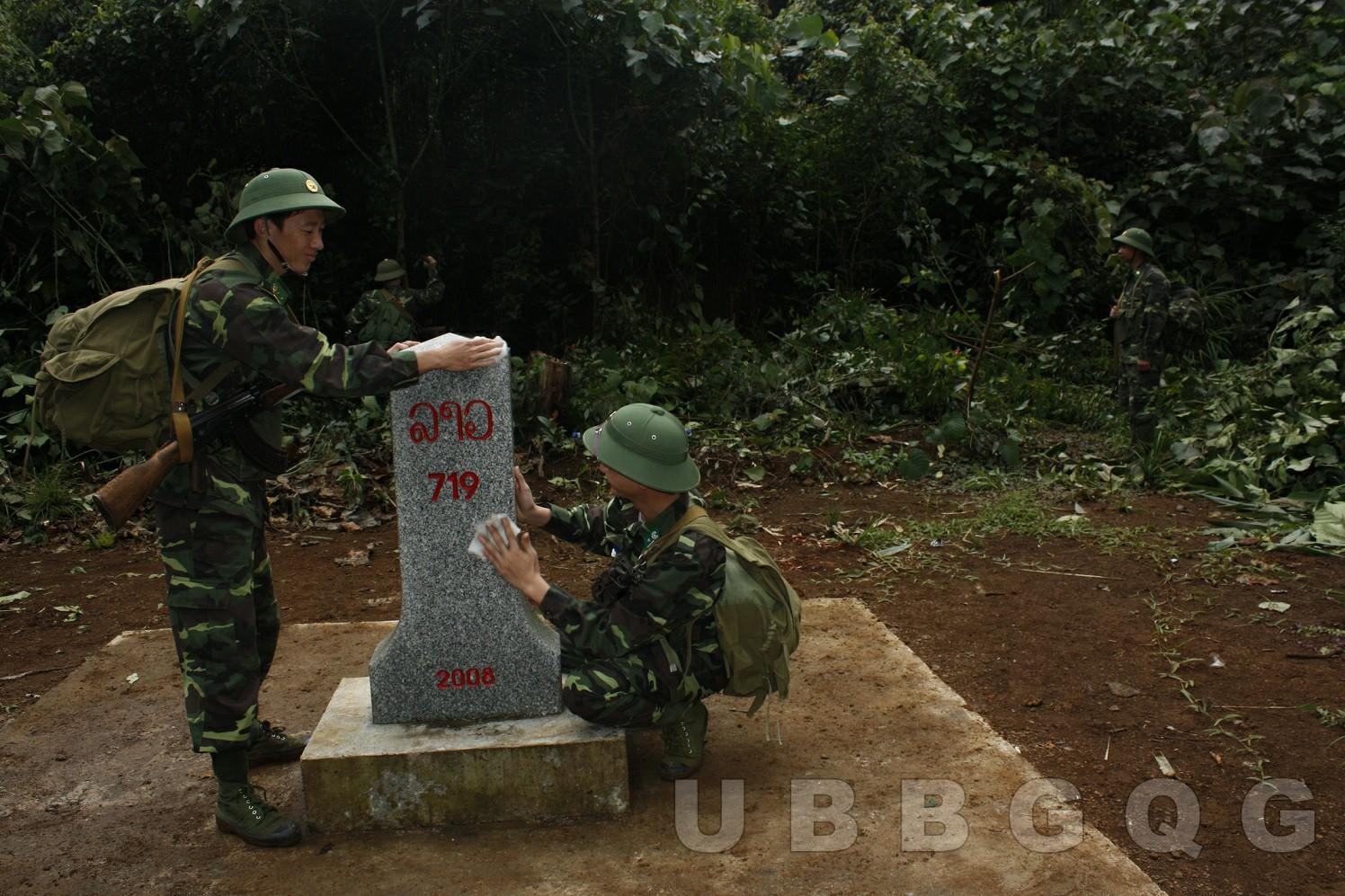 Chiến sỹ biên phòng đang thực hiện bảo dưỡng, cột mốc số 719 trong quá trình tuần tra, thuộc tỉnh Quảng Nam – Xê Kông.