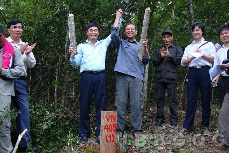 Hai Trưởng đoàn đàm phán biên giới cấp Chính phủ Việt Nam – Lào Thứ trưởng Bộ Ngoại giao Việt Nam Hồ Xuân Sơn và Thứ trưởng Bộ Ngoại giao Lào Bun Kợt Sẳng Sổm Sắc đánh dấu cột mốc 409 (1), thuộc tỉnh Nghệ An – Xiêng Khoảng, năm 2010.