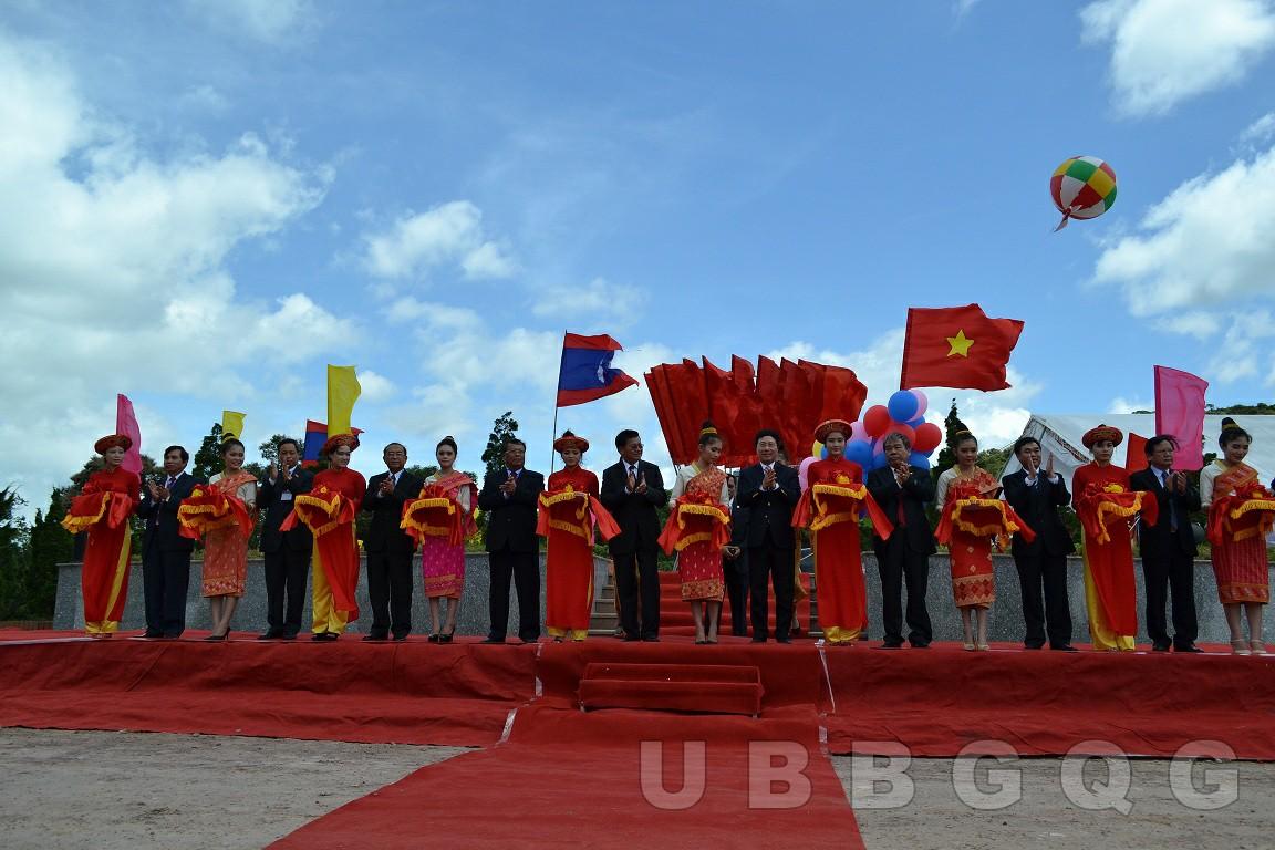 Phó Thủ tướng, Bộ trưởng Bộ Ngoại giao Việt Nam Phạm Bình Minh và Phó Thủ tướng Lào Thoong Lun Sỉ Sụ Lít dự Lễ cắt băng khai trương cửa khẩu quốc tế La Lay (Quảng Trị - Sả Lạ Văn), năm 2014.