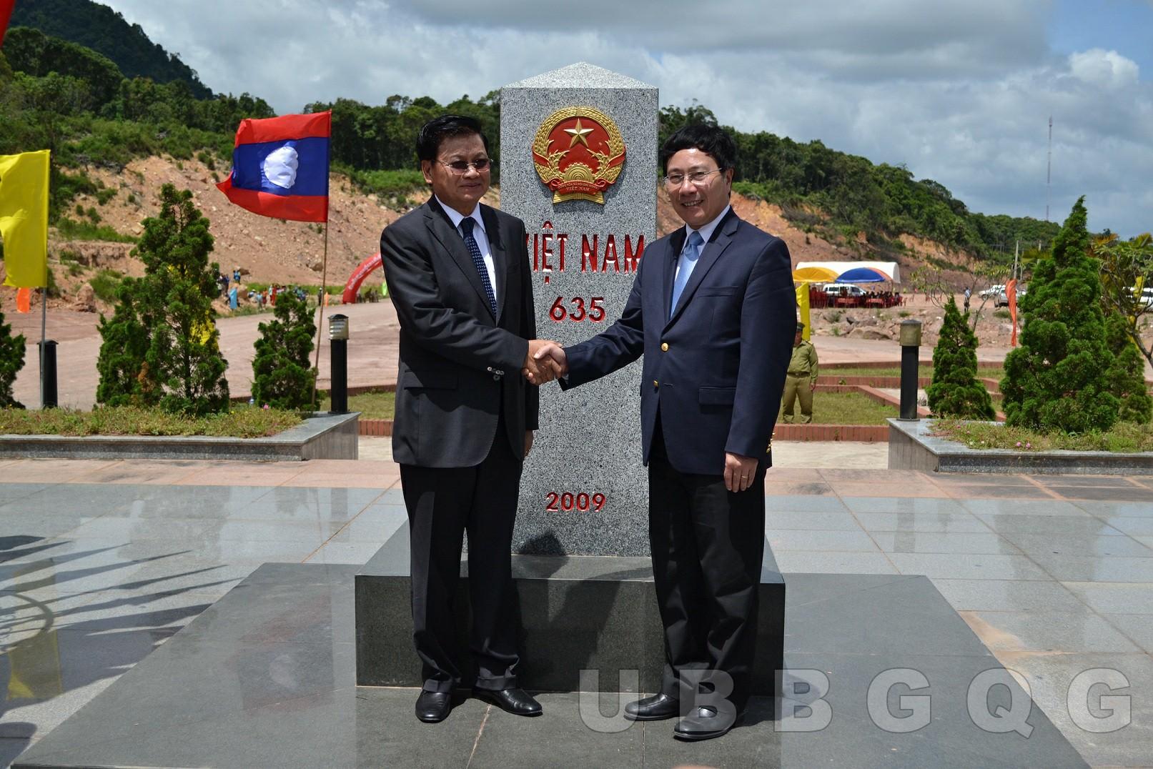 Phó Thủ tướng, Bộ trưởng Bộ Ngoại giao Việt Nam Phạm Bình Minh và Phó Thủ tướng Lào Thoong Lun Sỉ Sụ Lít dự Lễ khai trương mốc 635 – Quảng Trị, năm 2014.
