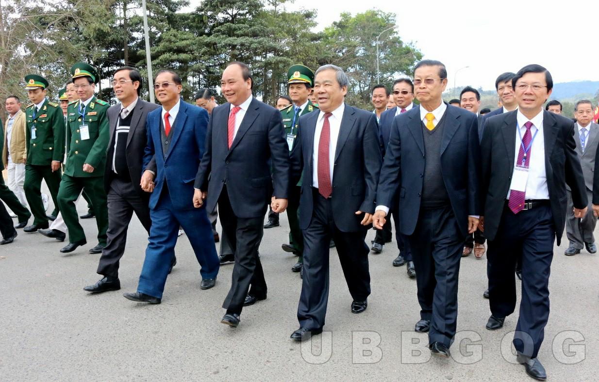 Các đồng chí Lãnh đạo Đảng và Nhà nước của 2 nước CHXHCN Việt Nam và CHDCND Lào đi kiểm tra thực tế tại thực địa biên giới Việt Nam - Lào, năm 2015.