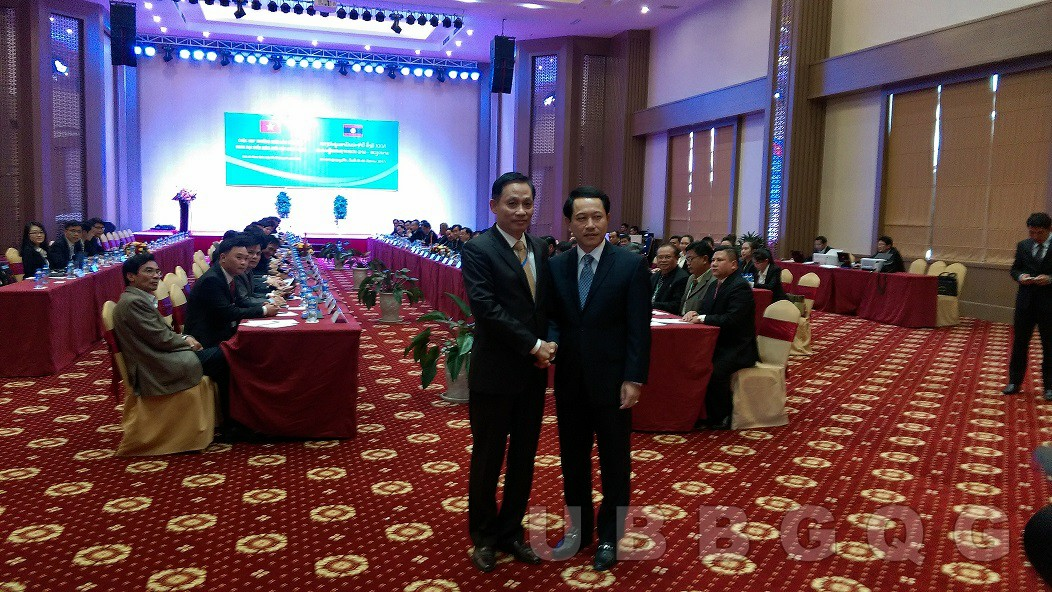 Thứ trưởng Bộ Ngoại giao Việt Nam Lê Hoài Trung và Bộ trưởng Bộ Ngoại giao Lào Sạ Lởm Xay Kôm Ma Sít, tại cuộc họp thường niên lần thứ XXVI giữa hai đoàn đại biểu biên giới Việt Nam – Lào, tháng 1/2017.