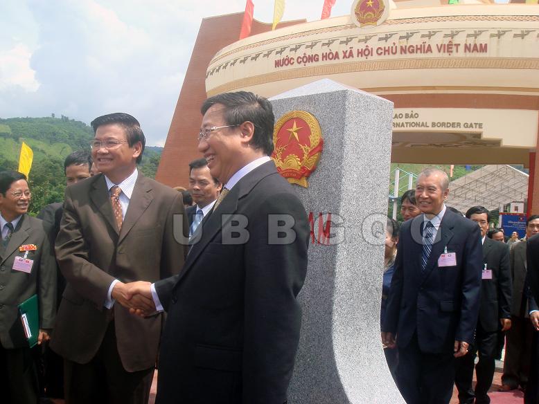 Phó Thủ tướng, Bộ trưởng Bộ Ngoại giao Việt Nam Phạm Gia Khiêm và Phó Thủ tướng Lào Thoong Lun Sỉ Sụ Lít dự Lễ khánh thành cột mốc 605 tại cửa khẩu Lao Bảo - Đen Sạ Vẳn, năm 2008