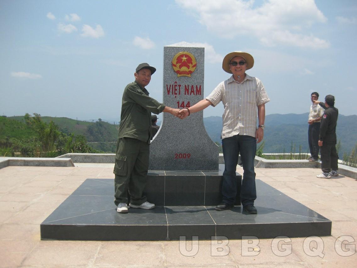 Hai trưởng đoàn Chuyên viên liên hợp biên giới Việt Nam – Lào, Nguyễn Anh Dũng và Phu Khẩu Phôm Mạ Vông Sả tại Lễ khánh thành mốc 144 tại cửa khẩu chính Huổi Puốc (Điện Biên) – Na Son (Luông Pha - Băng), năm 2012.