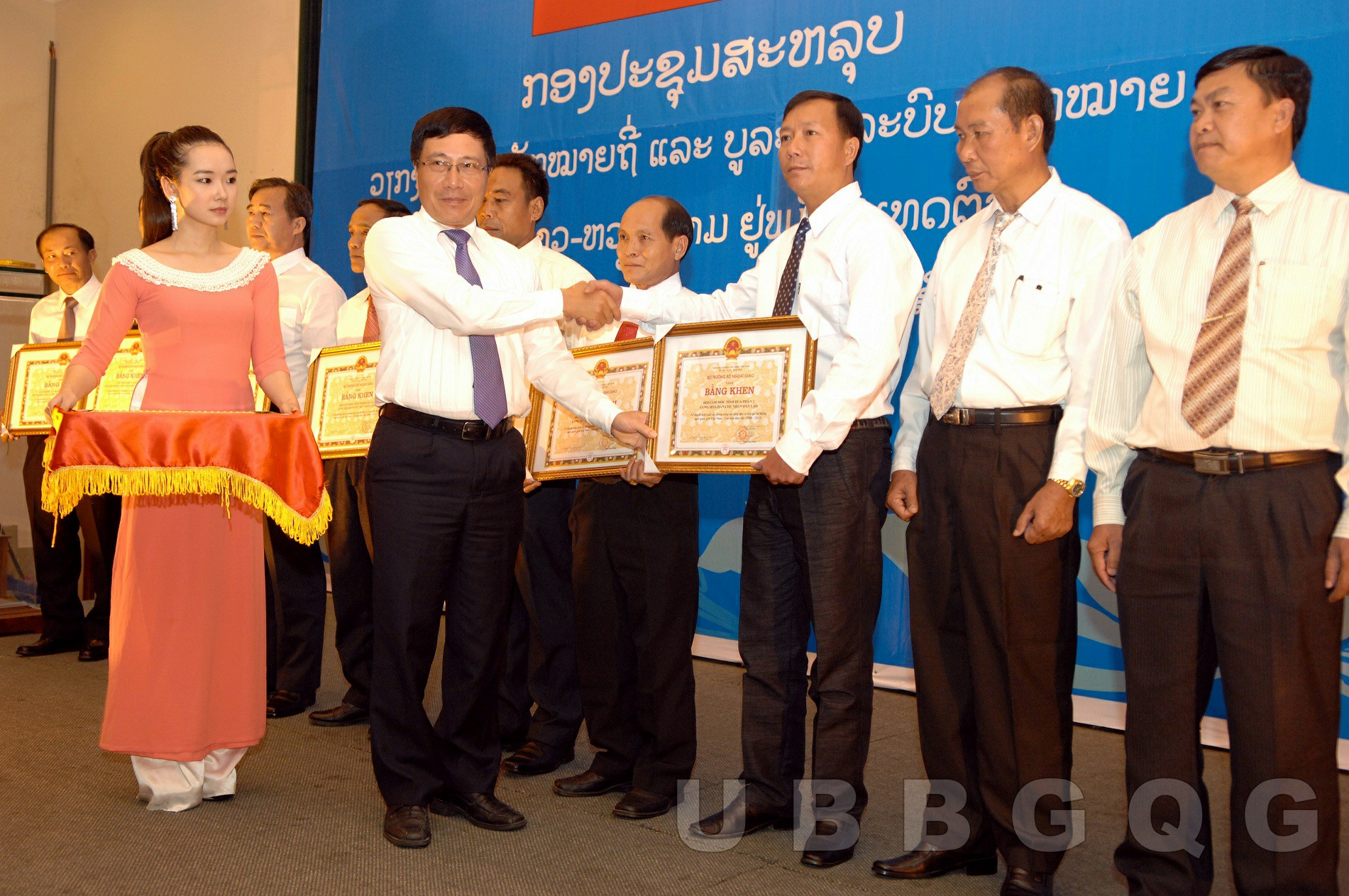 Phó Thủ tướng, Bộ trưởng Bộ Ngoại giao Việt Nam Phạm Bình Minh trao bằng khen cho cán bộ có thành tích trong công tác tăng dày và tôn tạo mốc biên giới Việt Nam – Lào, năm 2013.
