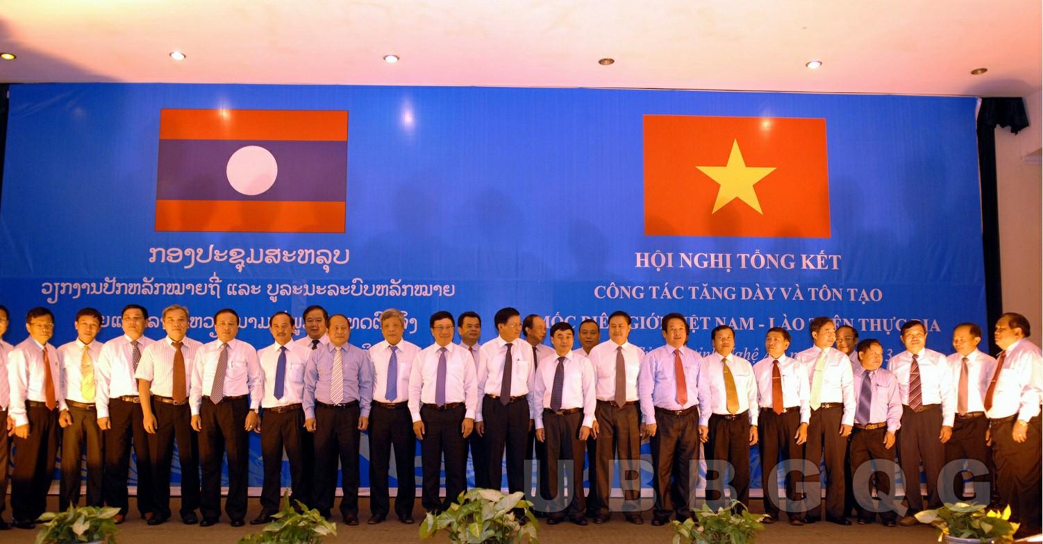 Phó Thủ tướng, Bộ trưởng Bộ Ngoại giao Việt Nam Phạm Bình Minh và Phó Thủ tướng Lào Thoong Lun Sỉ Sụ Lít dự Hội nghị tổng kết công tác tăng dày và tôn tạo mốc biên giới Việt Nam – Lào trên thực địa, năm 2013.