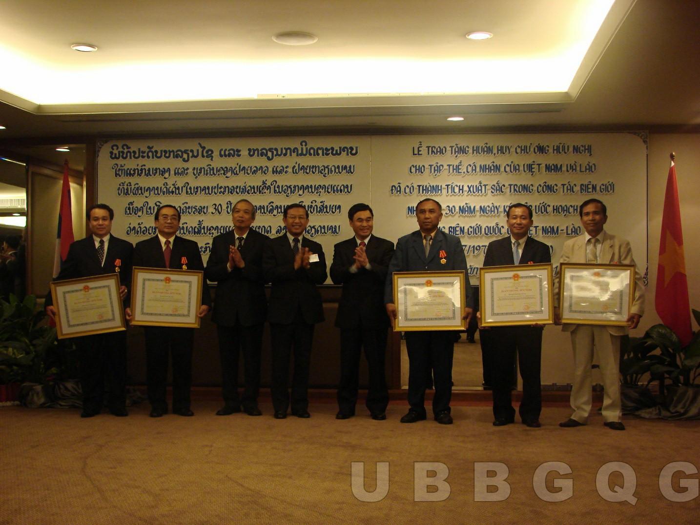 Thứ trưởng Bộ Ngoại giao Hồ Xuân Sơn trao Huân, Huy chương hữu nghị cho tập thể, các nhân của Việt Nam và Lào đã có thành tích xuất sắc trong công tác biên giới, năm 2008.