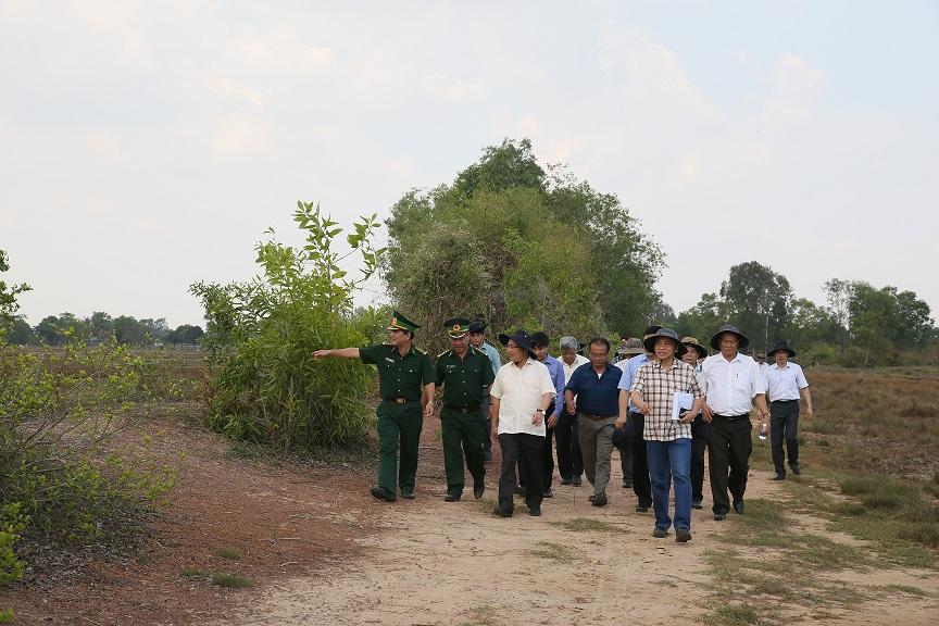 PTT, Bộ trưởng Phạm Bình Minh đi khảo sát thực tế tại Kiên Giang tuyến biên giới trên đất liền Việt Nam – Campuchia năm 2015 .