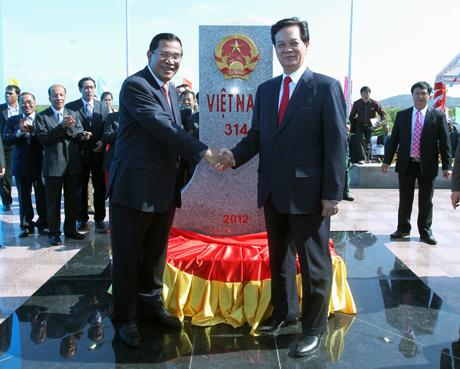 Thủ tướng Chính phủ Việt Nam Nguyễn Tấn Dũng và Thủ tướng Chính phủ Hoàng gia Căm-pu-chia Hun Xen đồng chủ trì buổi Lễ khánh thành cột mốc biên giới 314 giữa hai nước Việt Nam và Căm-pu-chia